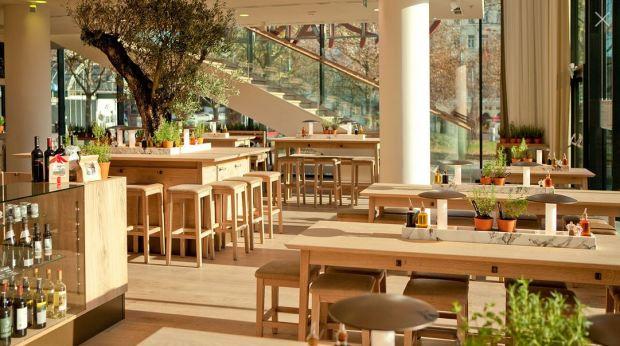 Fotografía de Georg Bodenstein del restaurante the 100th Vapiano en Westbahnhof, Vienna diseñado por Matteo Thun